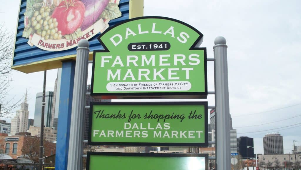 A green sign for the Dallas Farmer's Market